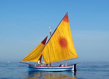 Barca cu panze in marea adriatica la rimini